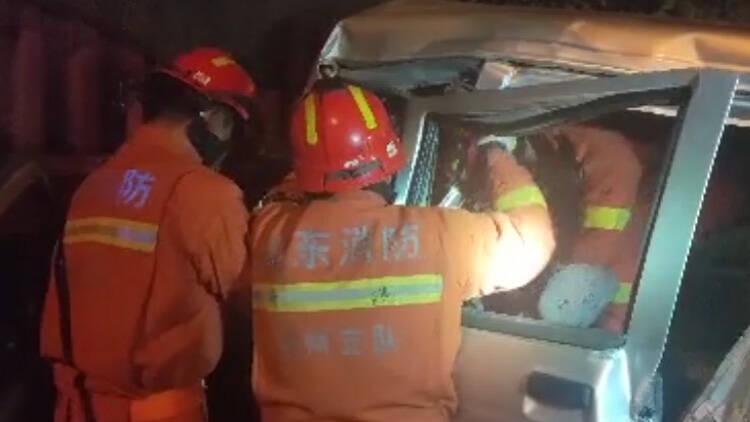 46秒丨雨夜一小型货车与半挂车相撞致一人被困 滨州无棣消防紧急救援