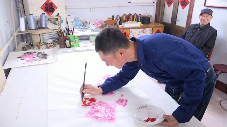 """56秒丨一手泥墙一手画画 高密建筑工人40年的""""画家梦"""""""