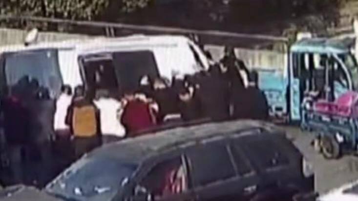 21秒丨江苏17岁男孩被压车底 近20名路人合力抬车救人