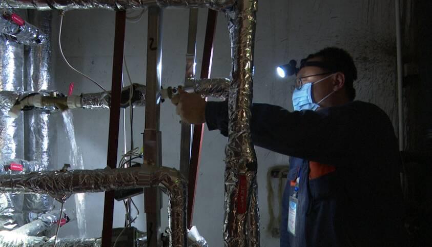 43秒|是他们在寒夜守护温暖!半夜暖气不热工人连夜维修一小时