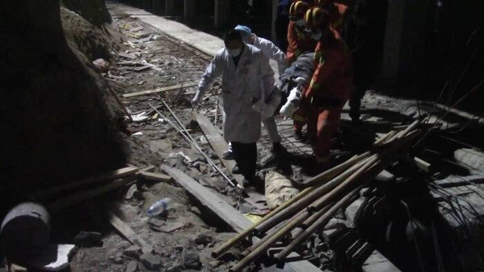 37秒丨潍坊一工人坠落在建小区电梯井,消防紧急救援