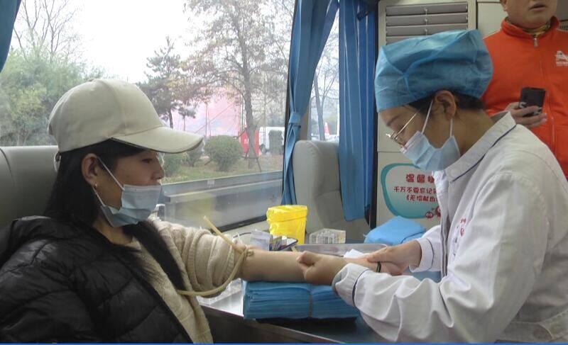 冬日安丘街头的那一抹感动!看!献血车里的爱心故事