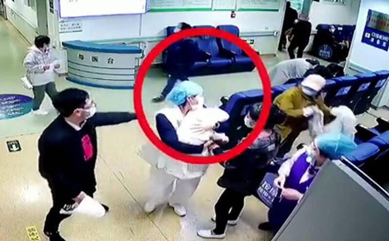 42秒|不顾7月身孕,抱起患儿奔向诊室!她,温暖了这个寒冬!