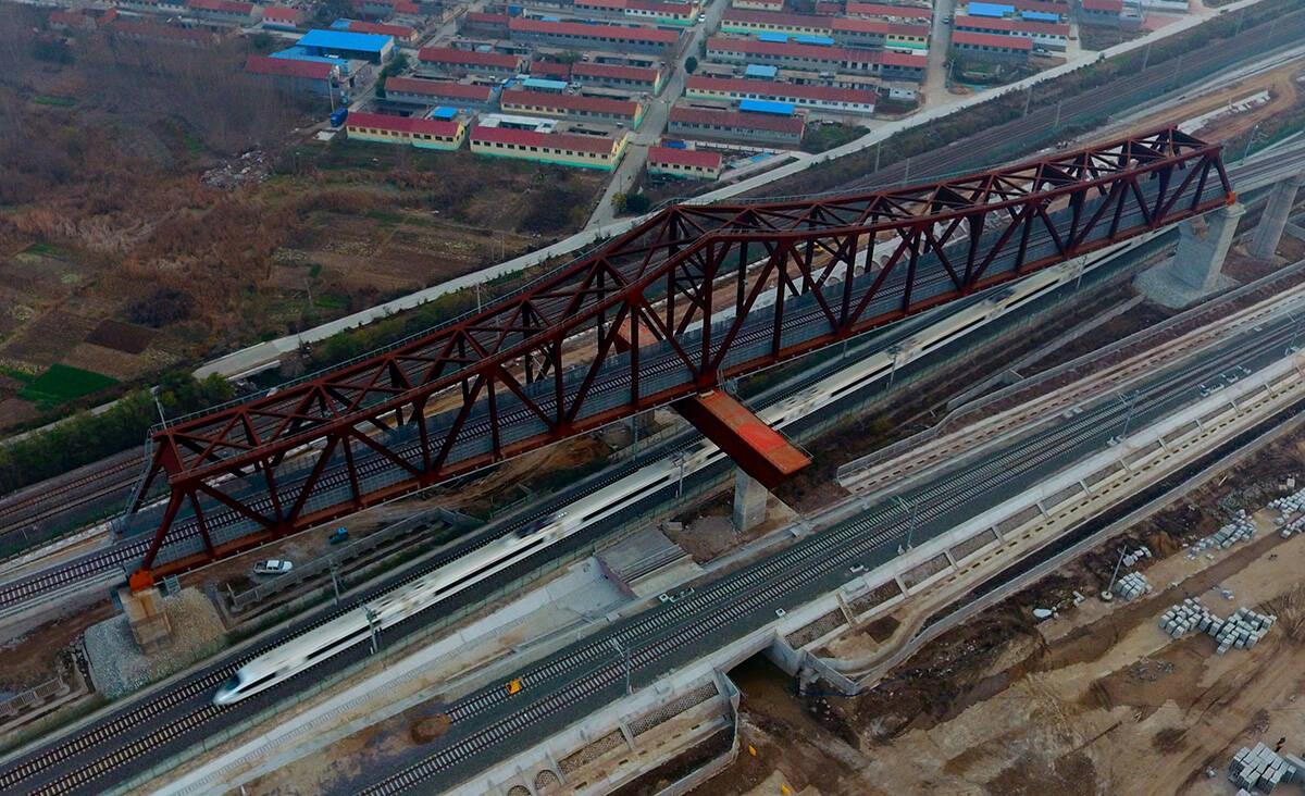 组图|浑身找不到一颗螺丝钉!飞瞰潍莱高铁跨青荣铁路特大桥