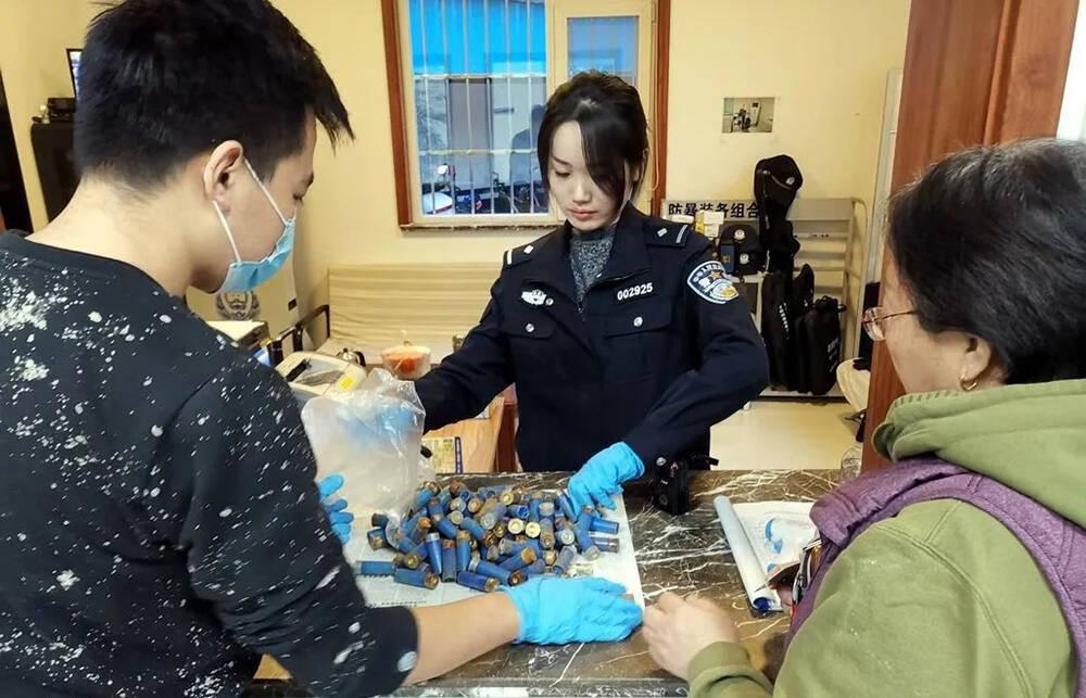 临淄一女子将102发猎枪霰弹上交派出所:清理老人遗留房屋发现