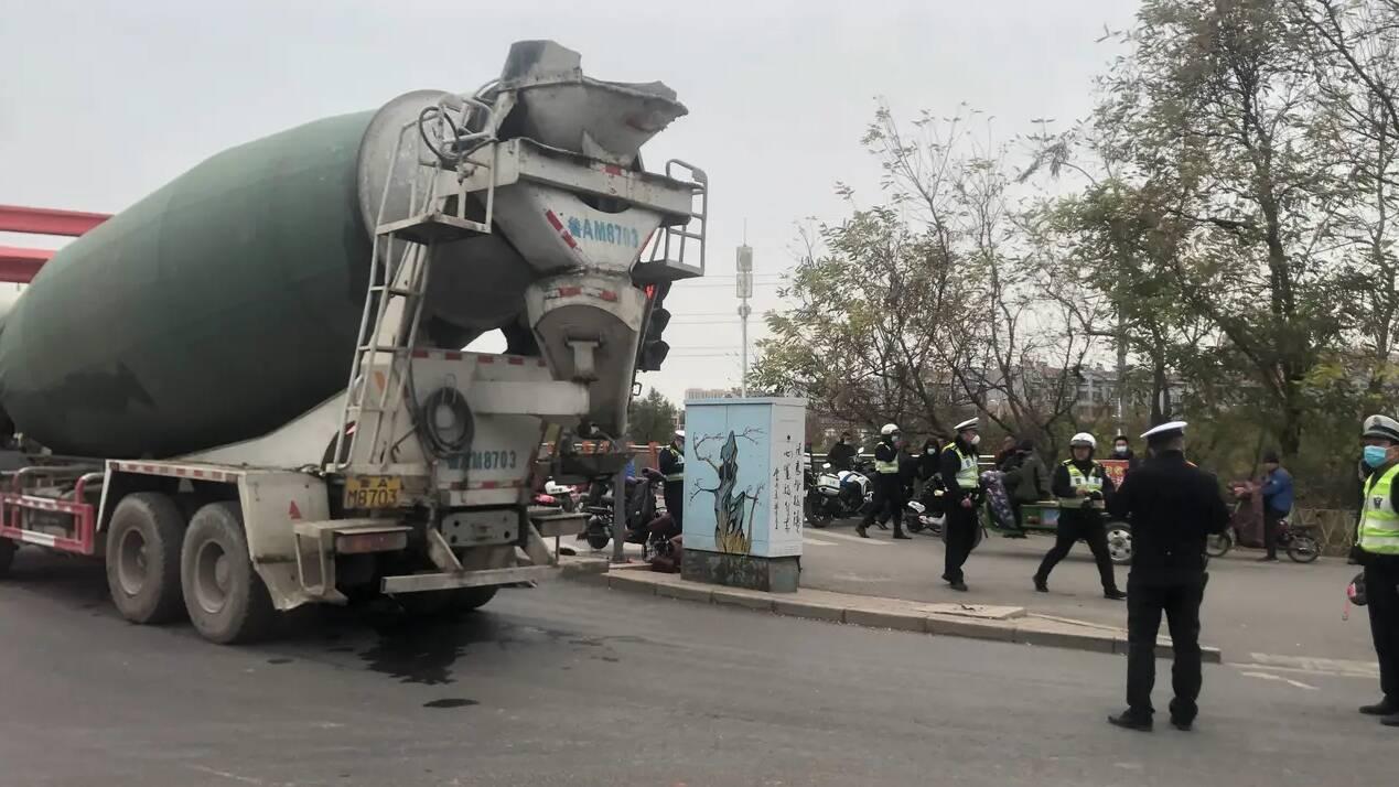 突发!济南凤凰山路一水泥罐车转弯时碾压骑车男子