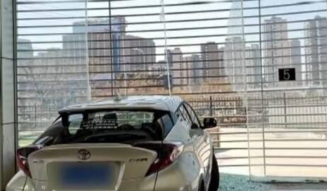 试驾中出意外被撞坏玻璃 青岛瑞合丰田4S店疑获得双重赔偿
