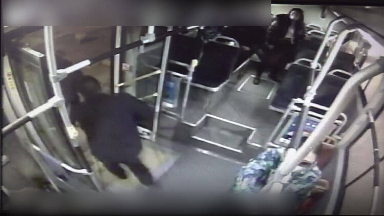 67秒|真赞!潍坊一公交车偶遇私家车自燃 司机乘客迅速帮忙灭火
