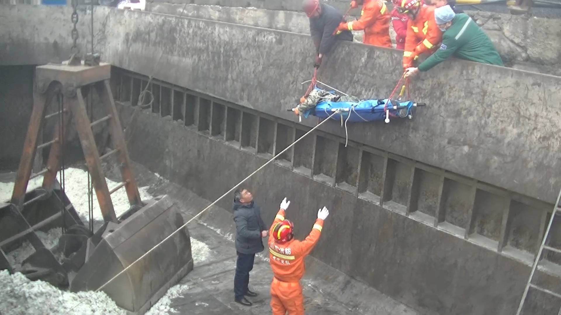 33秒丨注意安全!枣庄一男子失足掉入3米深船舱摔伤