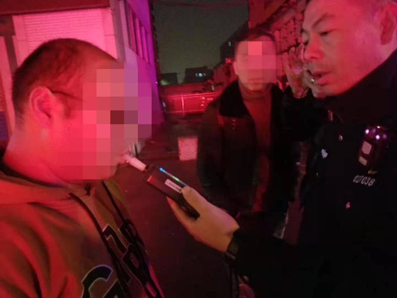 淄博一男子因隔夜酒被举报 现场检测每百毫升血液中酒精含量259毫克