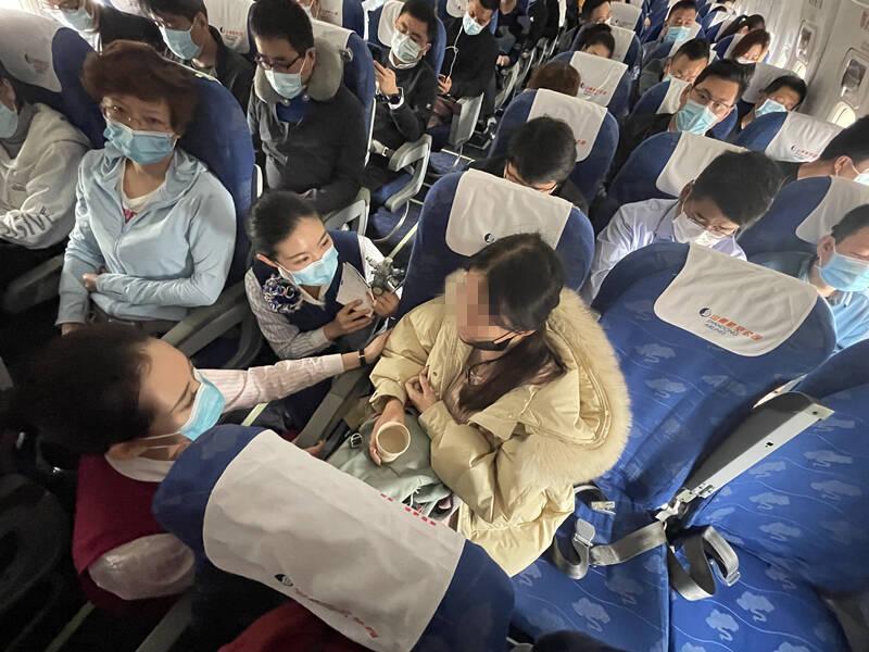 旅客心臟不適乘務員跪地40分鐘守護 飛機緊急滑回