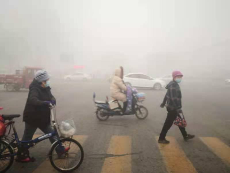 组图:山东继续发布大雾橙色预警 济南等地出现强浓雾