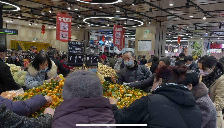 回应来了:市民排队一小时不能进店?济南一超市突然闭店惹不满