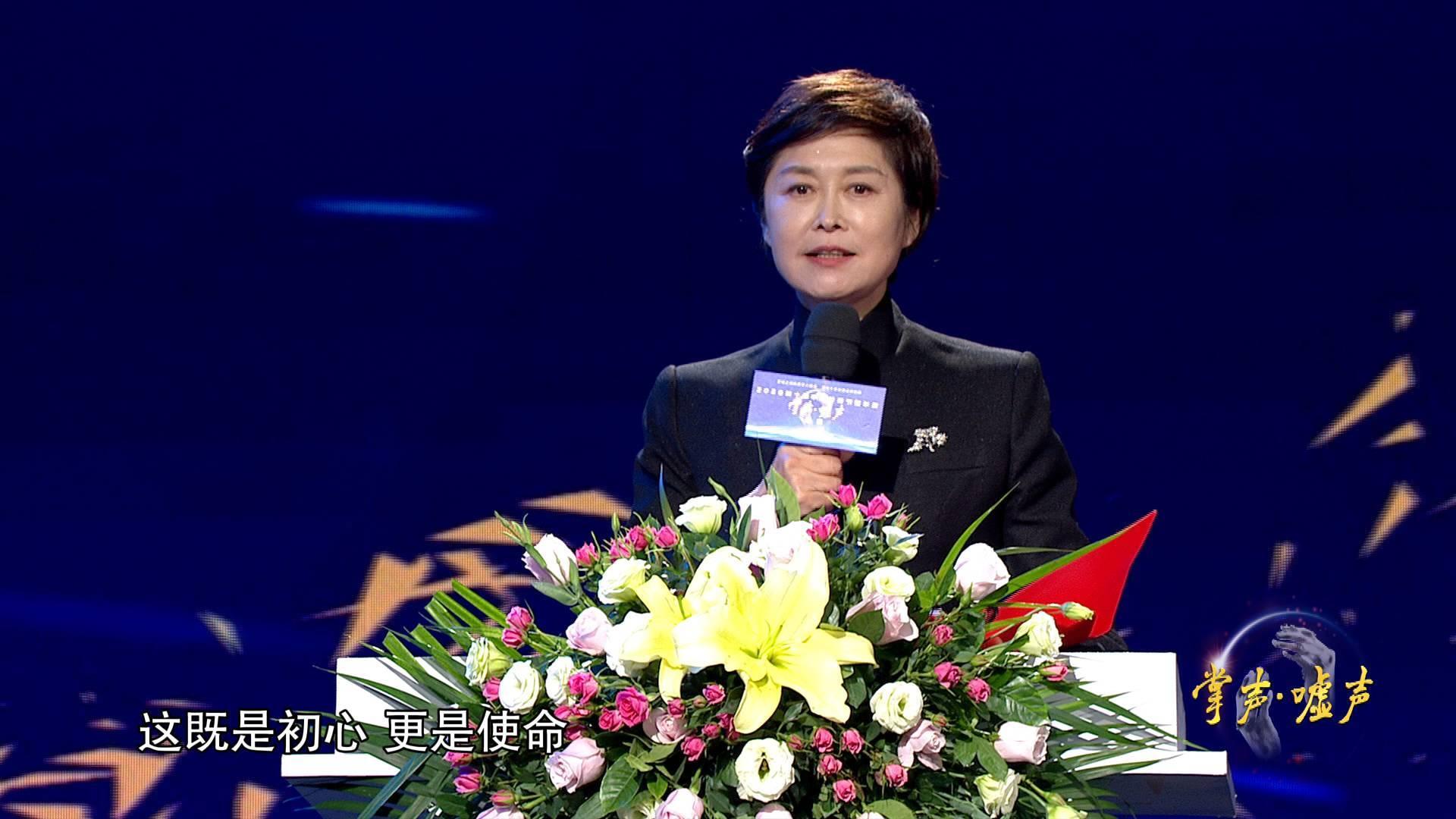 """2020中国视频节目年度""""掌声·嘘声""""丨""""既是初心 更是使命""""敬一丹为抗疫专题系列节目《新闻1+1》致掌"""