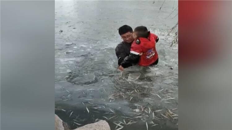 82秒丨东营男子外地探亲 跳入冰湖救起7岁滑冰落水男童