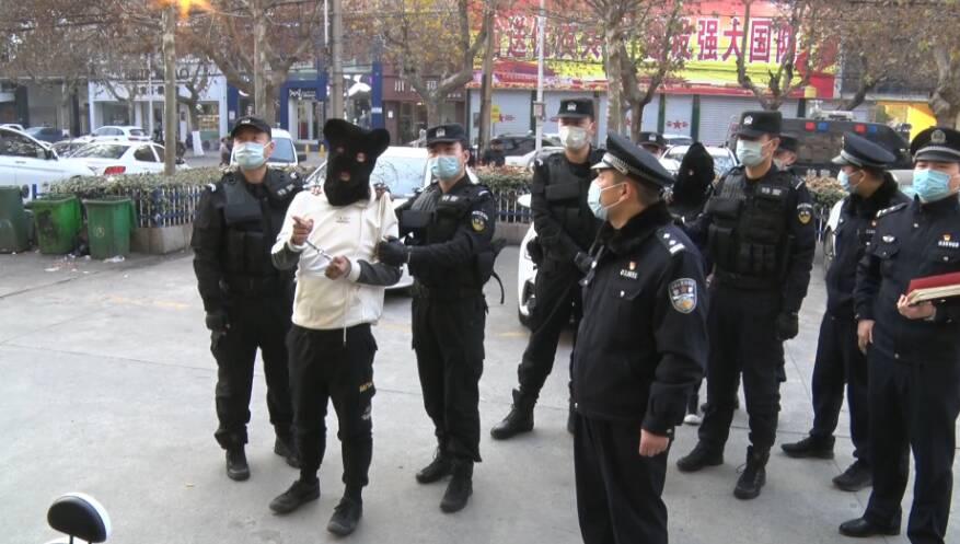 44秒丨三男子深夜砸店盗窃 枣庄警方追击千里擒获
