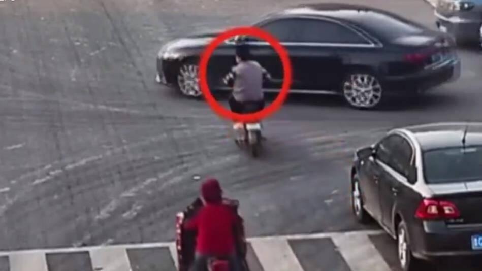 23秒丨滨州博兴女子骑车过路口时回头聊天撞上轿车 负全责