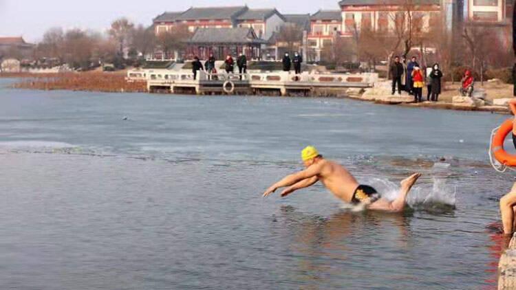 32秒丨大力推进全民健身运动 滨州无棣20多名冬泳爱好者下水畅游