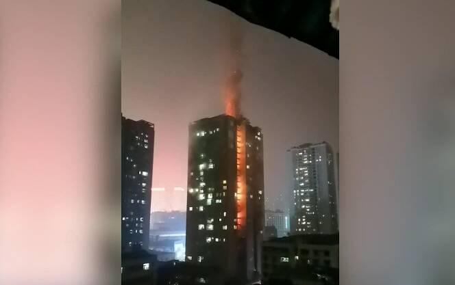 19秒丨重庆沙坪坝一小区突发大火 火焰直窜楼顶