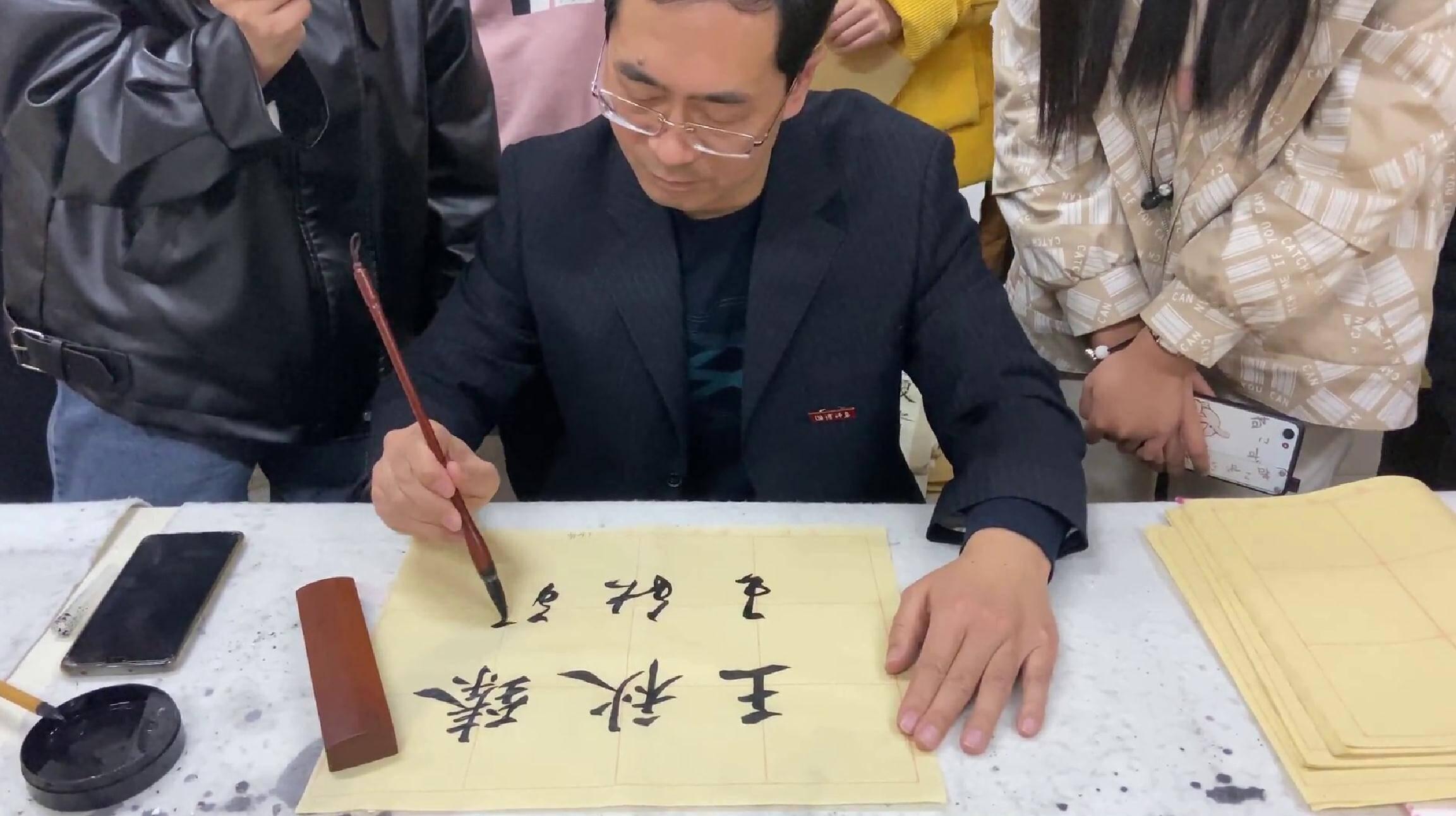 73秒丨让书法走进学生的心里!淄博美术老师29年为万名学生写名字