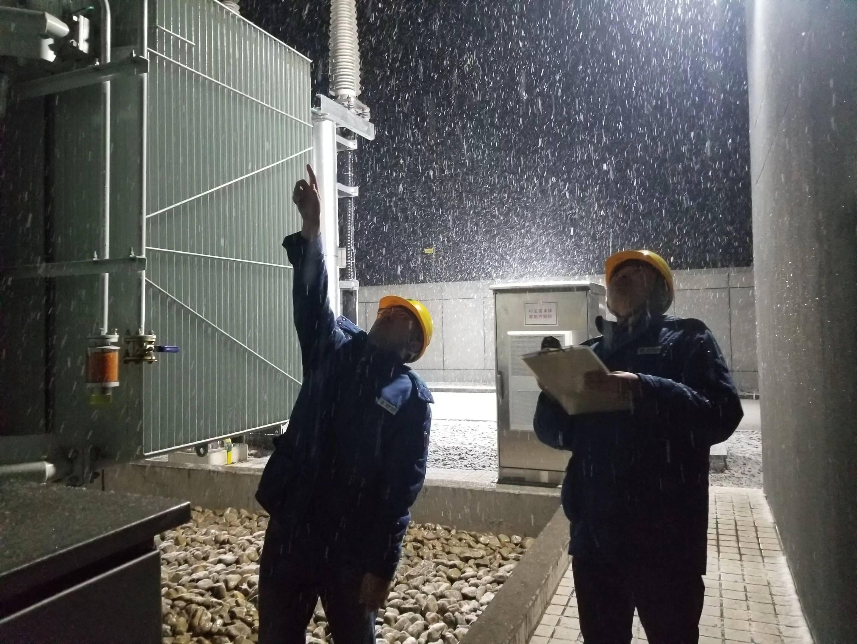 潍坊:700余辆抢修车、近3000名抢修人员随时待命战寒潮 保障电网设备安全运行