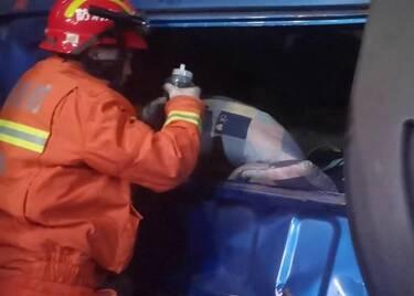 83秒|紧张一幕!两辆大货车迎面相撞驾驶员被困,聊城消防交警暖心救援