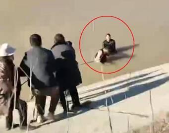 51秒|小伙驾车不慎坠河,聊城大叔跳冰水救人,还把他带到家里取暖