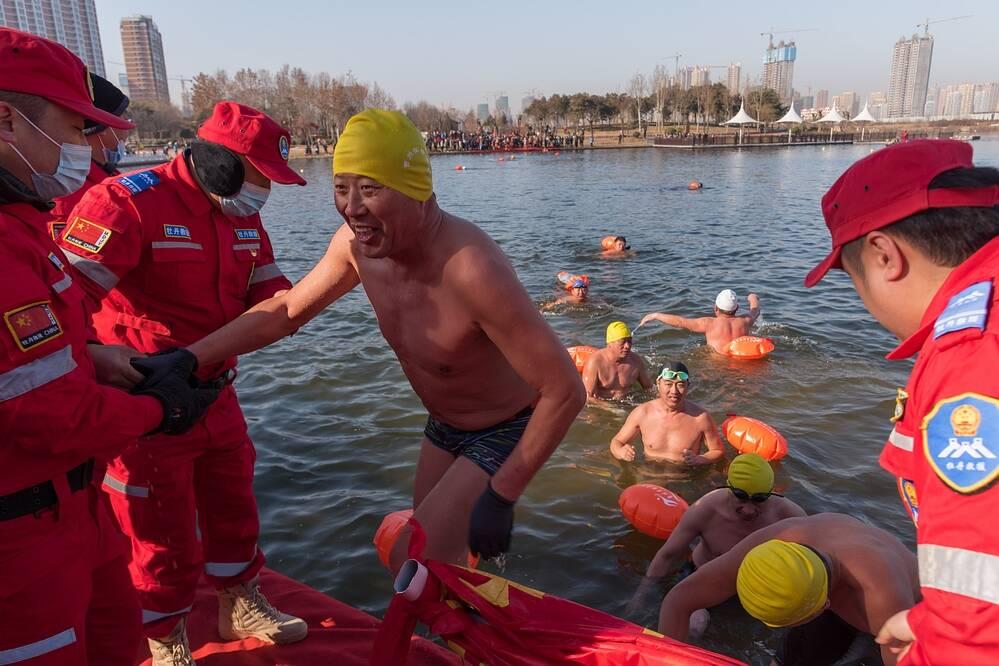 迎新年,菏泽200名冬泳爱好者在赵王河上举办冬泳比赛