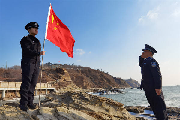 54秒 两个人的升旗仪式!距离大陆20海里 他们的军礼比任何敬礼都庄重