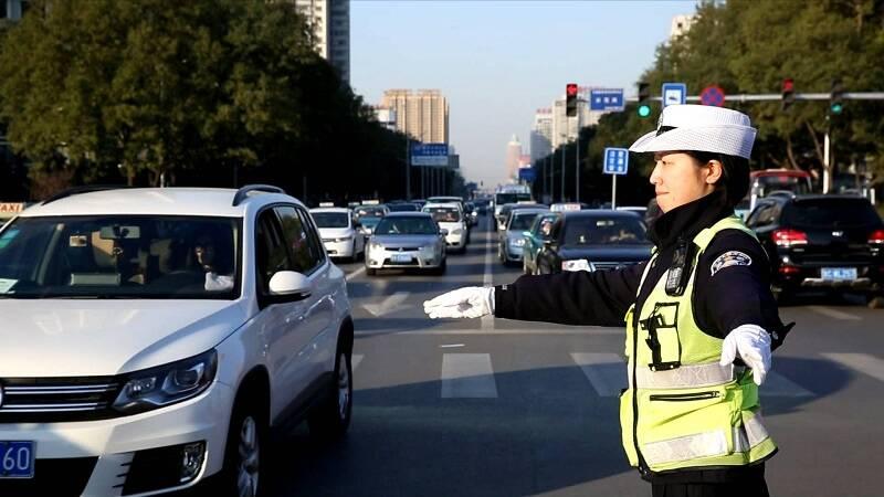 元旦首日山东公安交警部门出动警力1.6万余人次保障群众平安出行