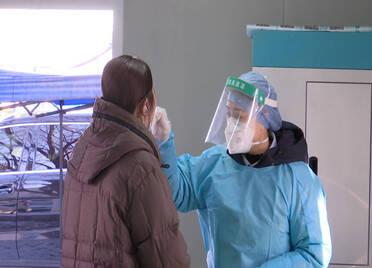 假期在岗位 医院核酸检测员身上贴10多个暖宝宝保暖 每天检测近千份标本