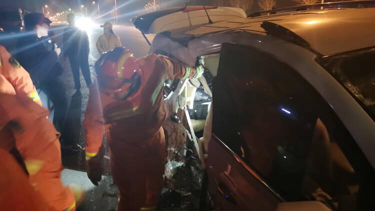 47秒丨三车相撞、人员被困 滨州消防队员紧急救援