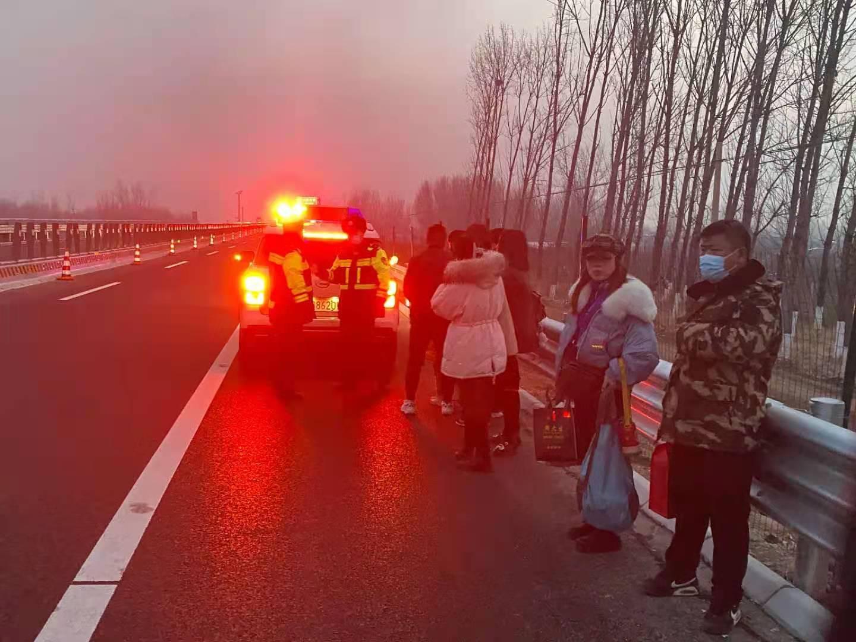 旅游大巴高速路抛锚,枣庄交警疏导27名乘客