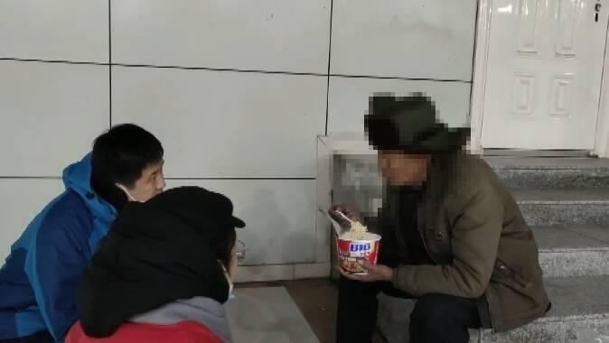 81秒|冒严寒街头巡查2小时!潍坊30多位志愿者为流浪乞讨人员送去冬日温暖