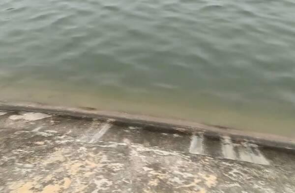 93秒丨探访菏泽臧文根勇救落水女孩现场:沙滩距湖面不足5米 女孩为捡铲子不慎落水