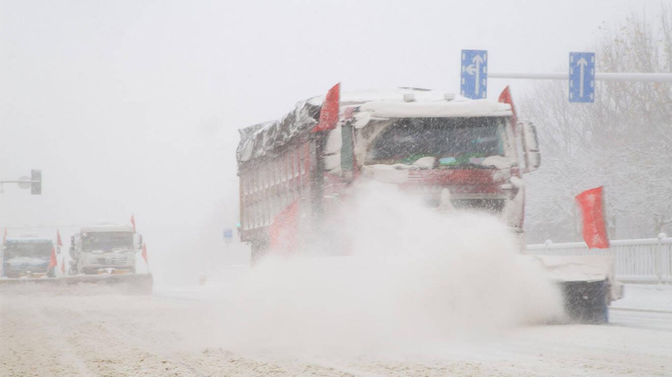 42秒|短短1小时,烟台就满城白雪!清雪人员和设备硬核出动