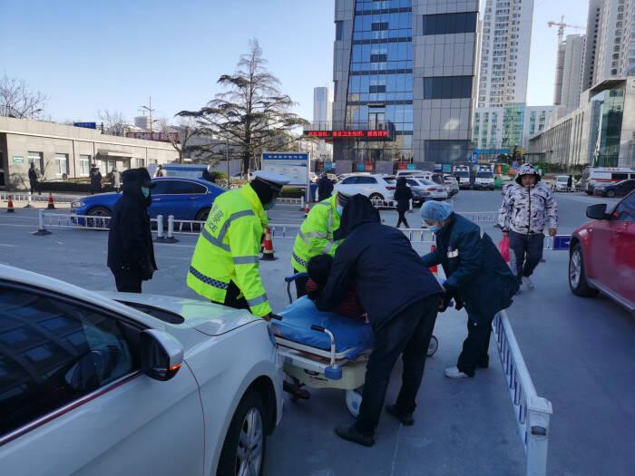 孕妇临产羊水破裂 日照交警紧急救助10分钟送医