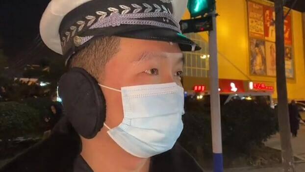 21秒丨寒潮来袭 日照莒县执勤交警因长时间在室外帽檐结了冰