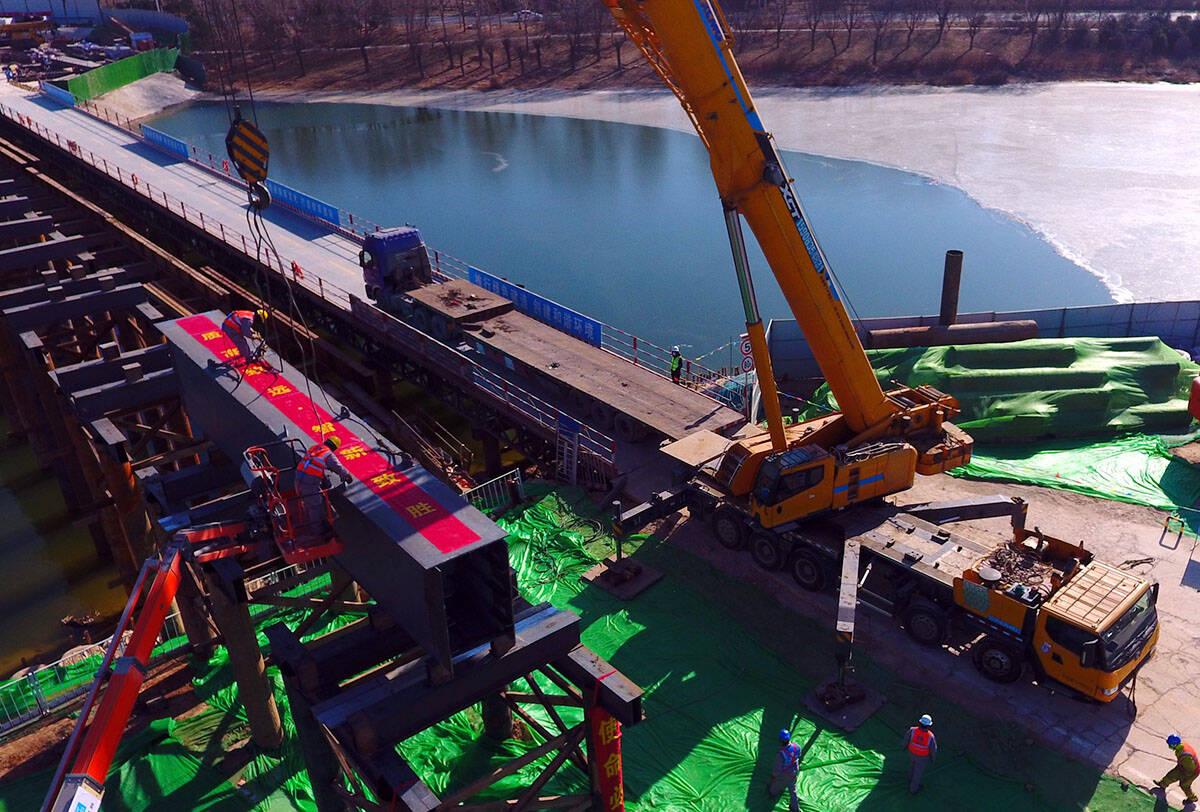 影像力丨-19℃天气中,山东一座特大型钢结构中承式桁架拱桥完成首次吊装