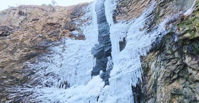 45秒丨日照五莲七连山数十米高冰瀑层层复挂 等你来打卡