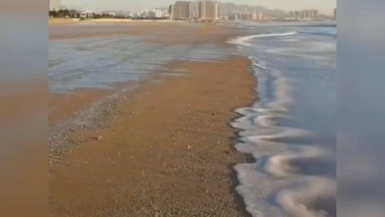 17秒|浪不起来了!青岛沿海海域海水结冰,浪花被冻结