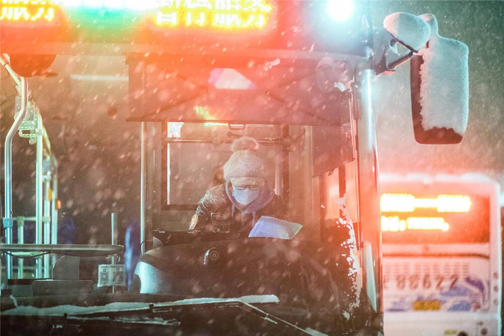 战严寒丨狂风暴雪又何惧!公交人来护你出行路
