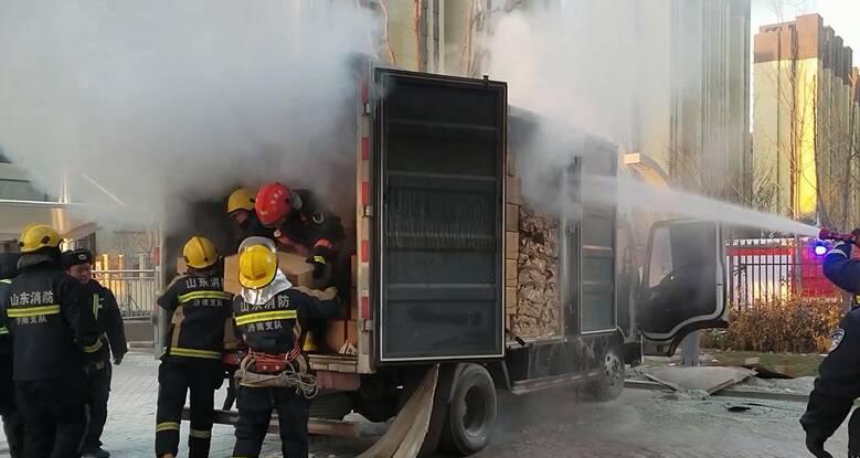 54秒|济南:天寒车打不着火 驾驶员用火烤油箱车被烧 消防出动急救援!