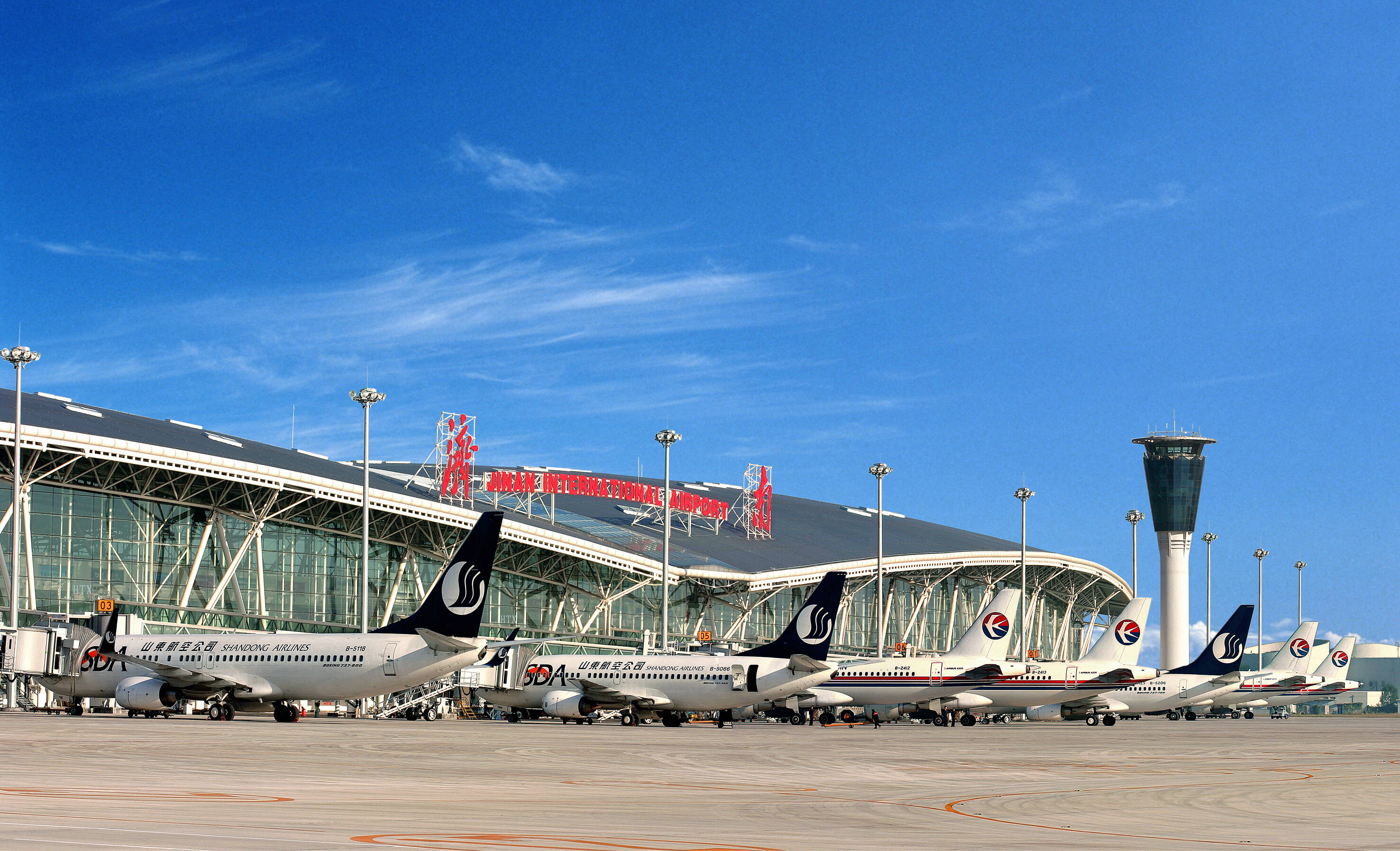 2020年济南机场累计完成客货吞吐量1238.47万人次、14.66万吨
