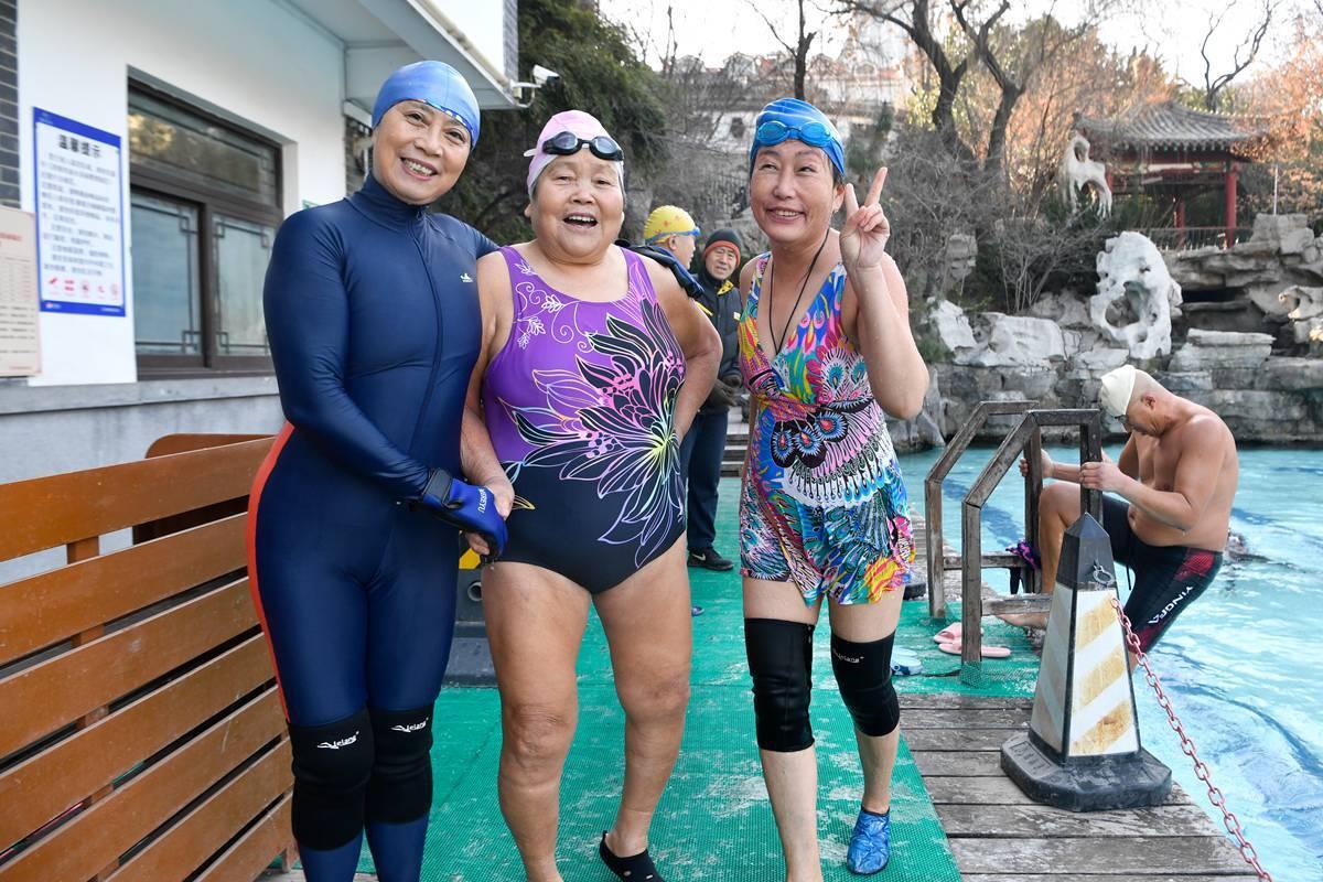 120秒|济南泉水浴场开业十年首次结冰 80岁奶奶水温2℃挑战冬泳