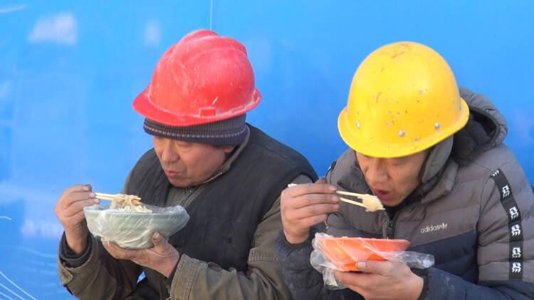 """77秒丨8元水饺、7元面条……爱心区域午餐品类""""升级"""" 工人:想吃啥吃啥 价格还不贵"""