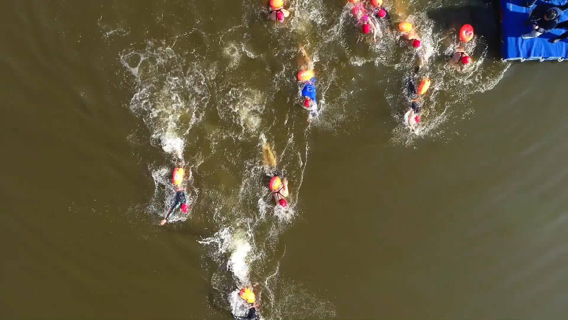 70秒丨148名冬泳爱好者齐聚枣庄 在古运河上竞速角逐