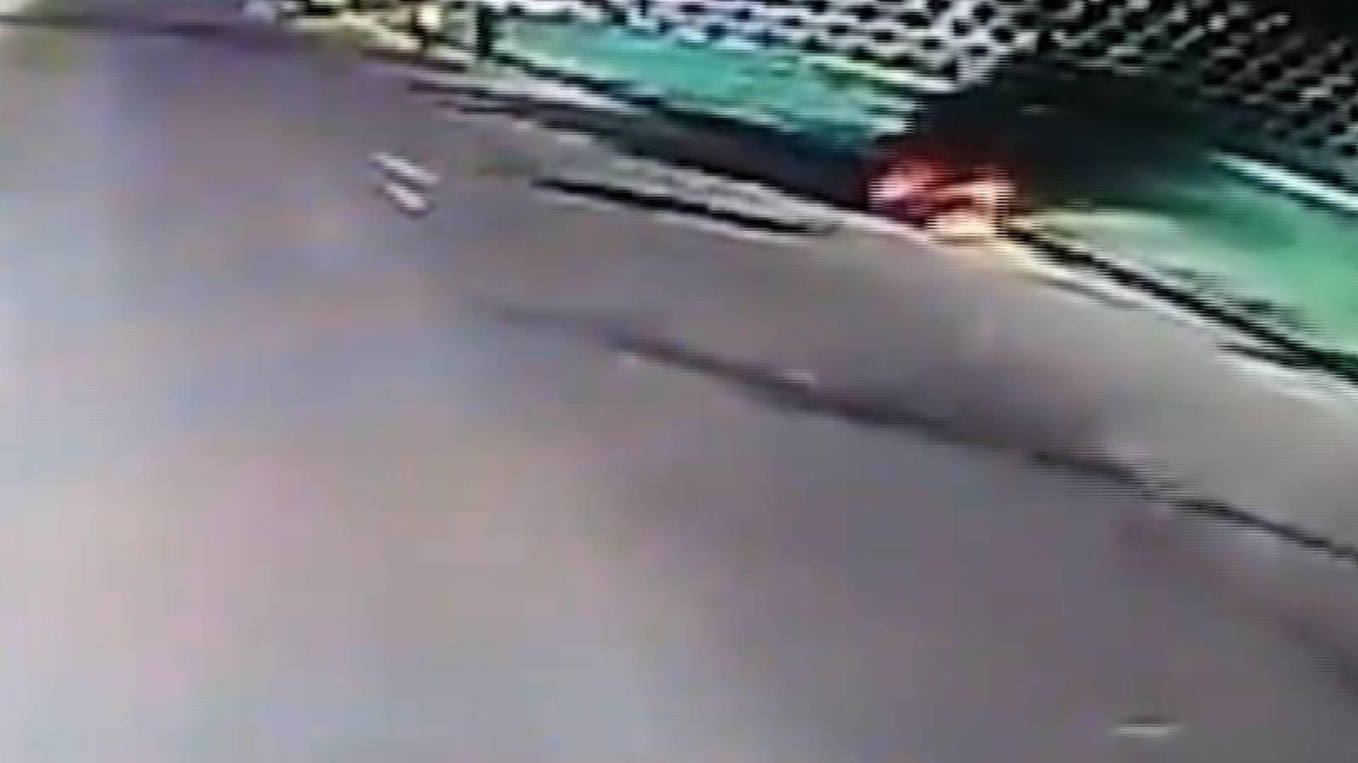 65秒|两位老人驾驶的电动三轮车突然起火 手足无措时他出现了…