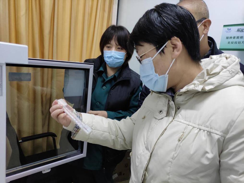 """山东省药监局局长采取""""四不两直""""方式 检查新冠疫苗接种点和连锁药店"""