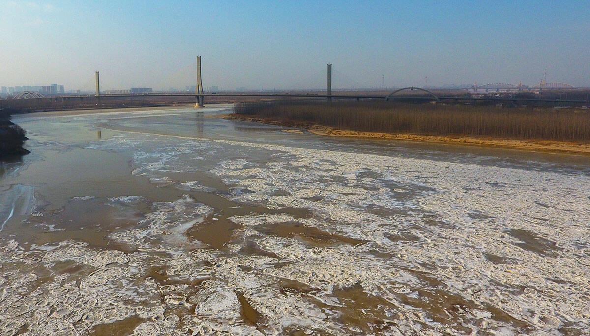 飞吧山东 一半冰封一半水流!航拍黄河济南段冰凌过境